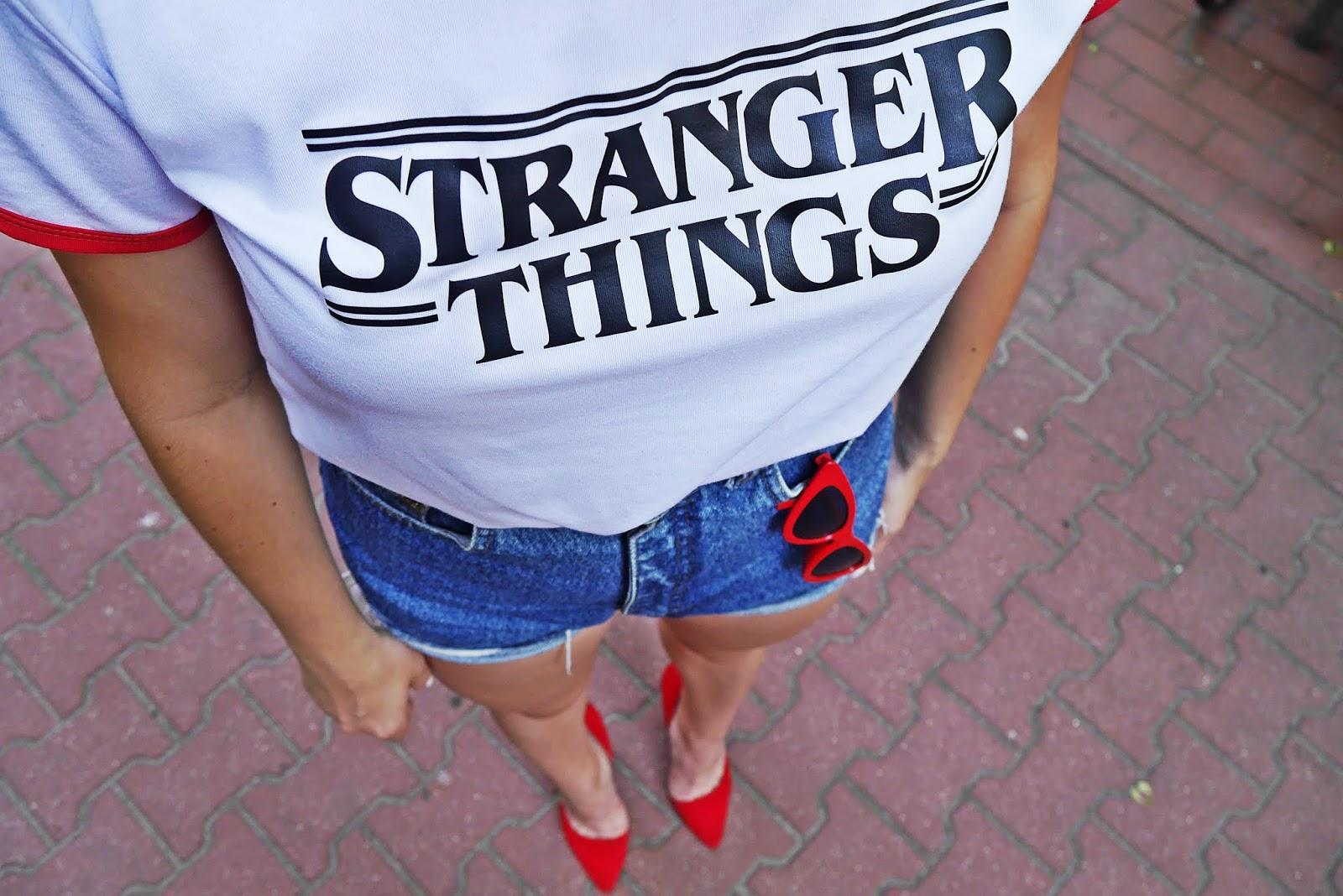 3_stranger_things_t-shirt_szorty_z-wysokim_stanem_czerwone_okulary_trojkaty_karyn_blog_modowy_040618
