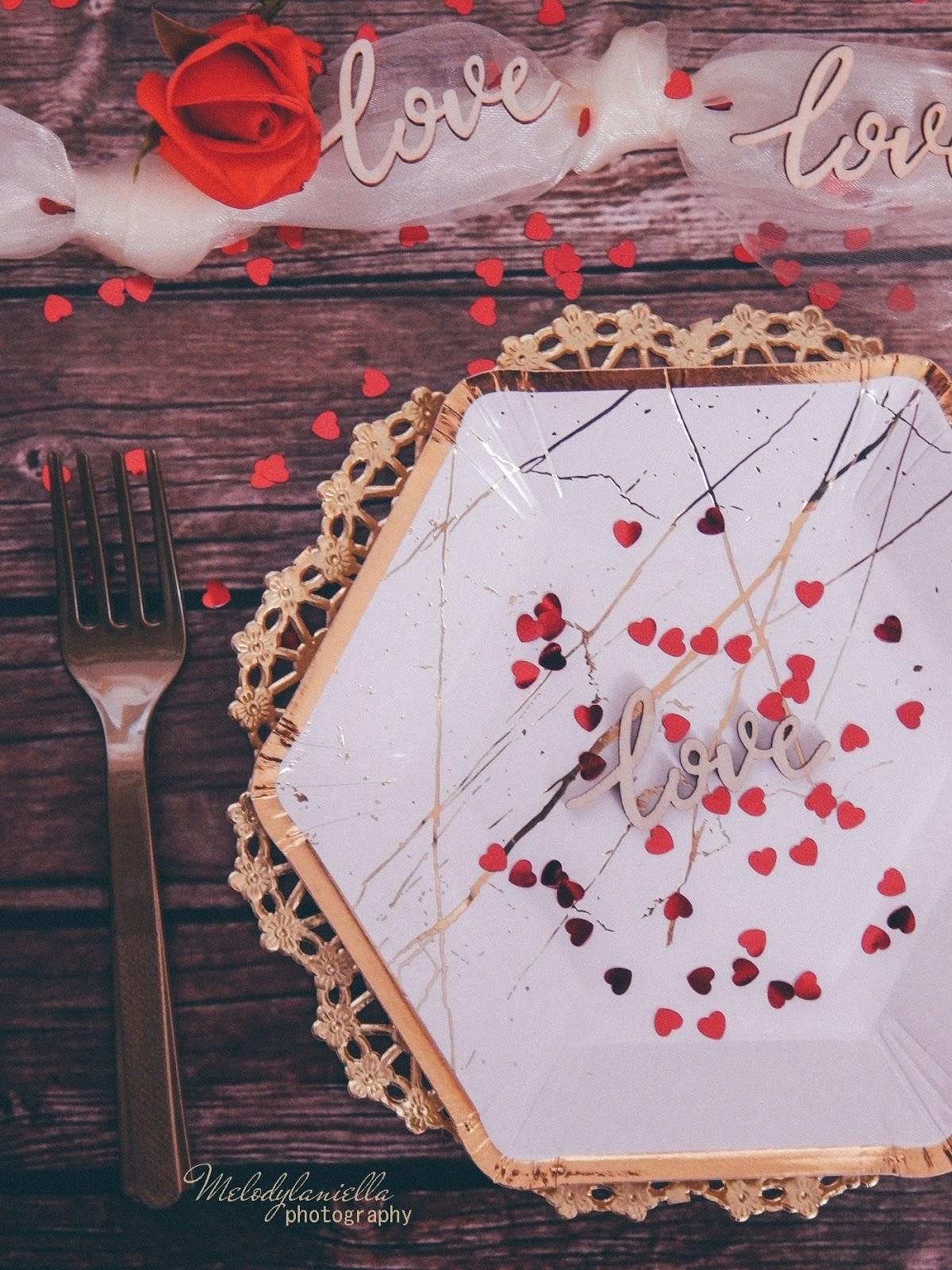 9 partybox ozdobne talerze z efektem marmuru złote sztućce róże drewniane dodatki drewniane konfetti love napisy na ślub wesele rocznice zaręczyny tiul organza