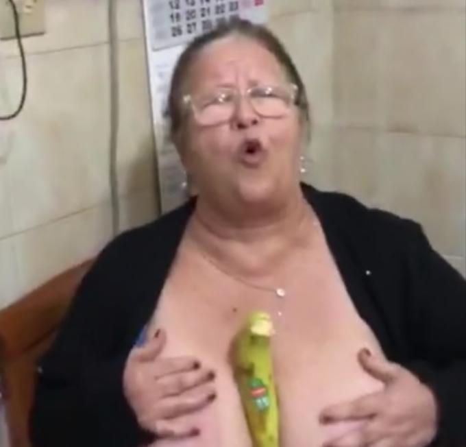 signora napoletana mostra le tette e si infila una banana nel mezzo
