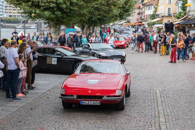 Roter Ferrari 365 GTB/4 Daytona in der Fahrzeugkolonne auf dem Sportcars Day 2018 in Ascona