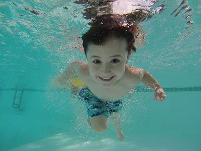 Enfant souriant sous l'eau