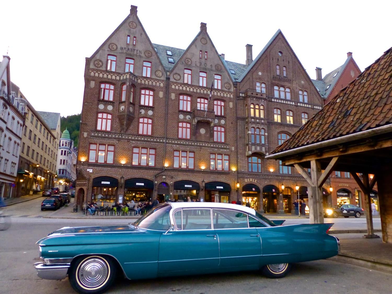 Atardece en Bryggen con Cadillac