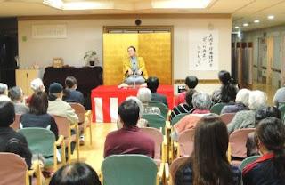 講師・三遊亭楽春の落語で笑ってリフレッシュ講演会の風景。