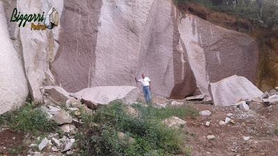 Bizzarri fazendo o que gosta, garimpando pedras na pedreira. Na foto procurando pedras brutas, um granito rosa sendo pedras brutas para muro de pedra, revestimento de pedra, caminho de pedra, escada de pedra, pedras para pilares sendo pedra tipo rachão.