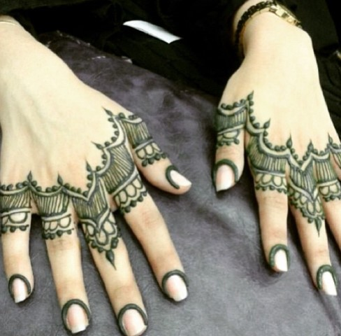 Gambar Henna Terbaru Di Kedua Tangan Wanita Baik 2