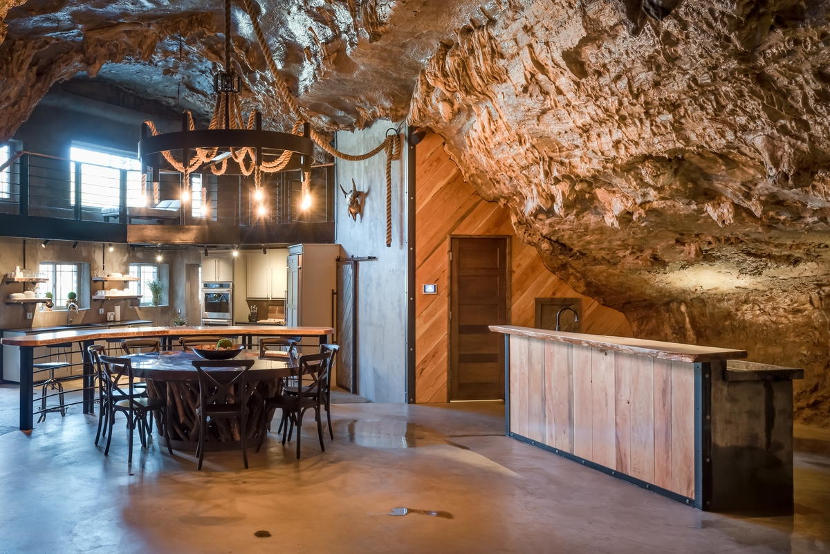 05-The-Beckham-Creek-Cave-Home-in-the-Ozark-Mountains-www-designstack-co