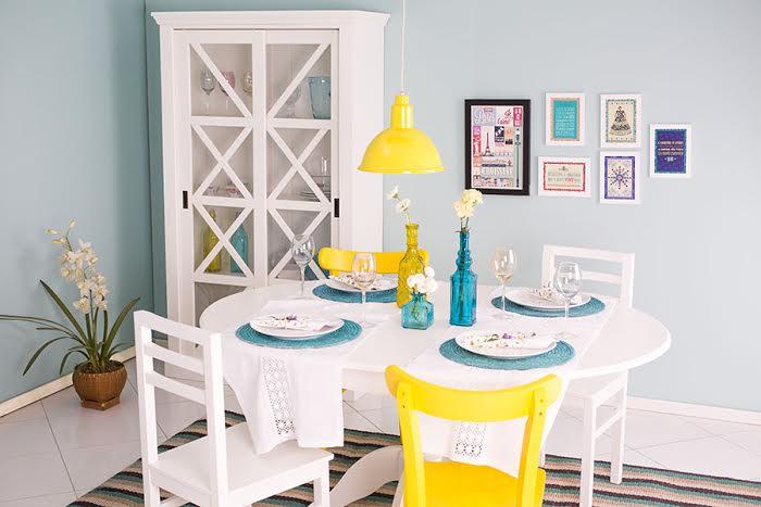 decoração de sala de jantar com mesa de madeira redonda laqueada  de branco