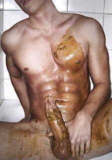 homem gostoso lambuzado de cocô scat