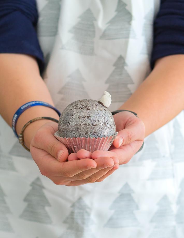 Cupcake de chocolate y crema de turrón en bola de Navidad