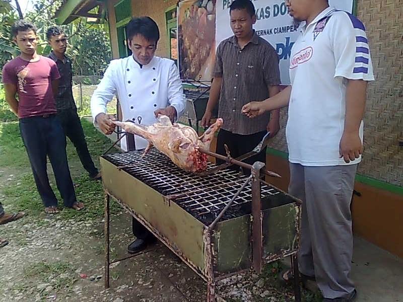 Bapak Afnan Wasom, salah satu Trainer sedang memperagakan pembuatan kambing guling Pada Pelatihan di CV Mitra Tani Farm Bersama PKPU dan ZIS Indosat - www.mitratanifa
