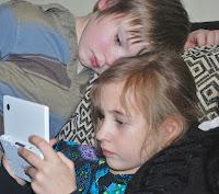 Kinder spielen mit einer Spielekonsole