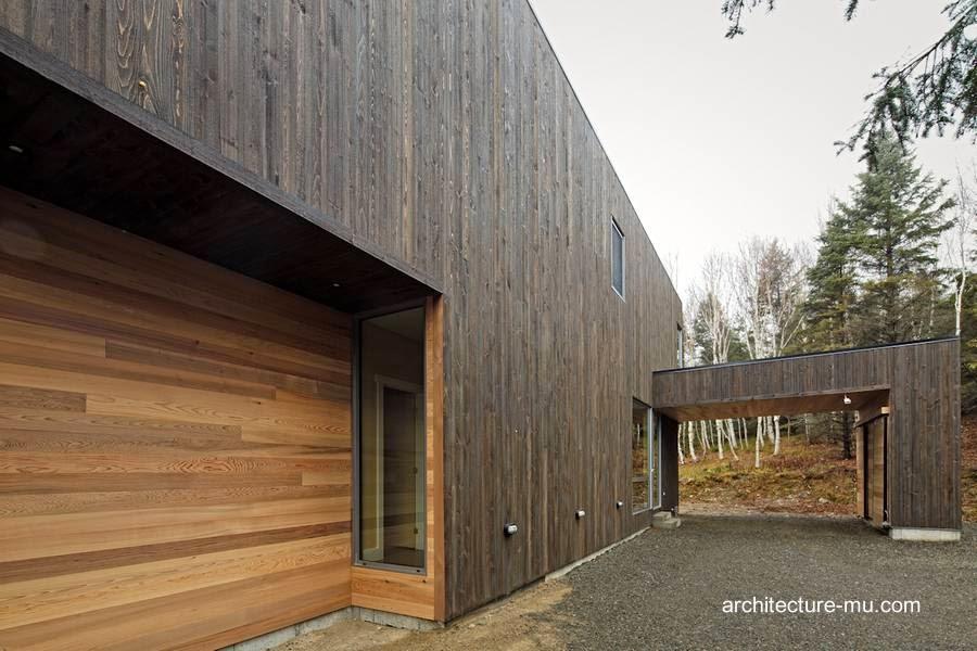 Fachada de madera al frente de residencia contemporánea en Canadá