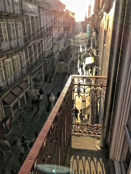 アパートのバルコニーから眺めるフローレス通り