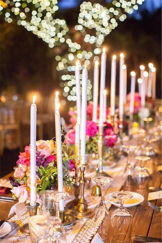 candelabros con velas boda decorada en fucsia y esmeralda chicanddeco