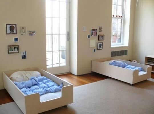 Pequefelicidad habitaciones montessori 30 ideas inspiradoras for Cuartos montessori para ninas