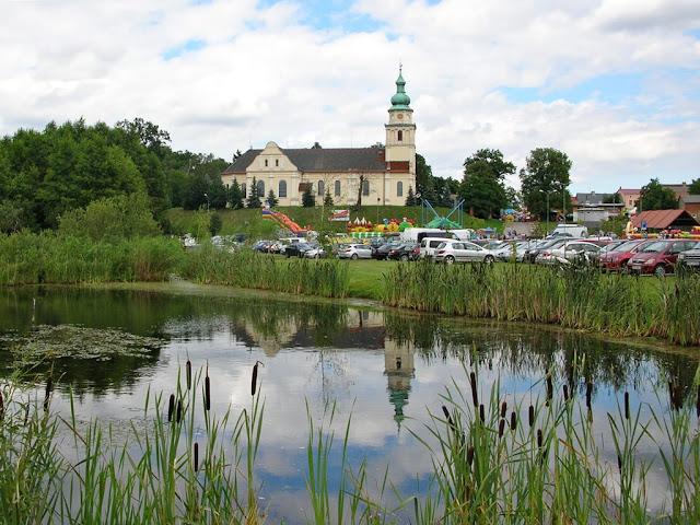 widok kościoła od parkingu w czasie Jarmarku Magdaleńskiego