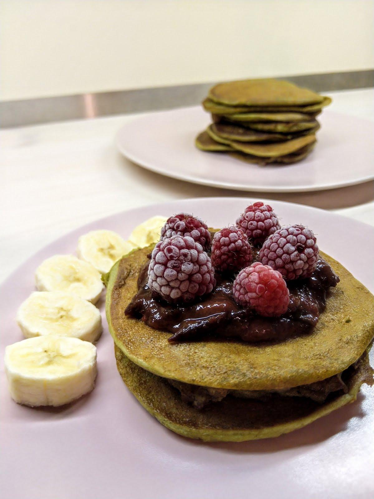 Bezglutenowe pancakes z mąki z pestek dyni z owocami i powidłami śliwkowymi.