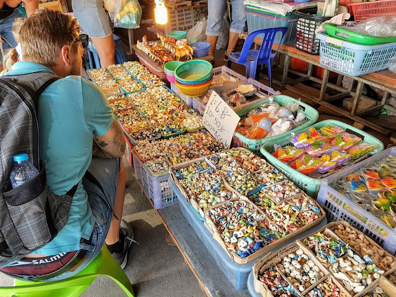 各式陶瓷飾品可挑選,從陸地動物到海底動物什麼都有