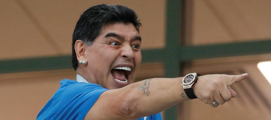 هل يعاقب الاتحاد الدولي مارادونا على حركته الخارجة احتفالاً بفوز الأرجنتين؟