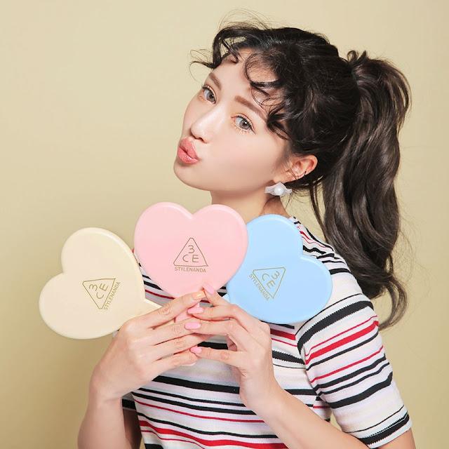 modelo coreana com espelhos de coração