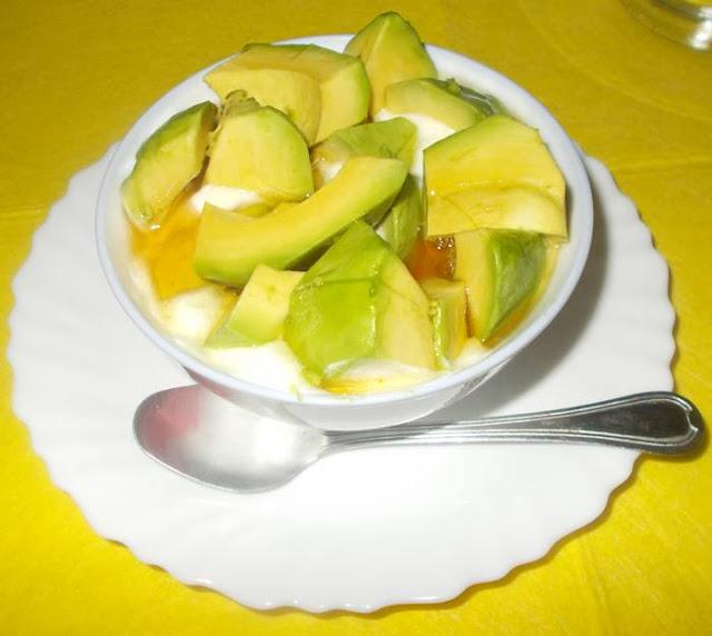 Ideia de lanche rápido e saudável com queijo fresco batido e abacate
