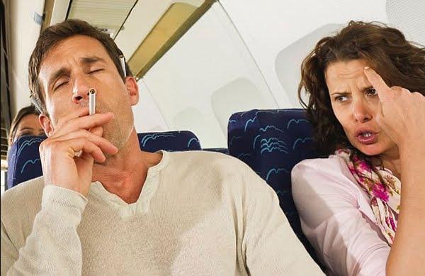 Panico sul volo aereo per Los Angeles: sigaretta accesa nel bagno