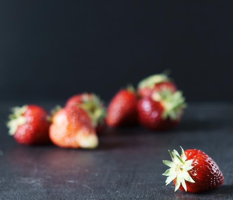 Erdbeere mit Erdbeeren Hintergrund {by it's me!}