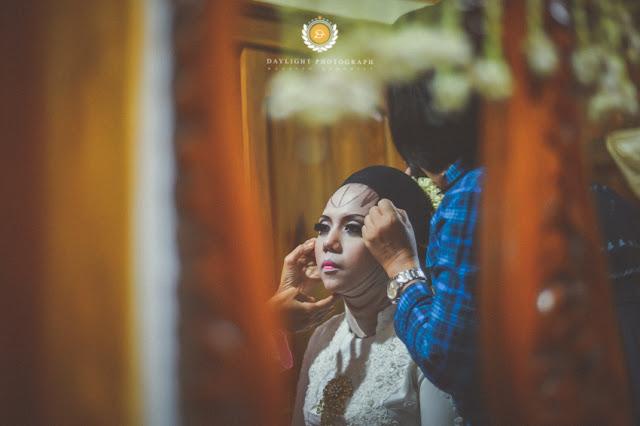 Foto persiapan pengantin perempuan menjelang akad nikah, Khadijah dirias sesuai dengan adat Jawa gaya Solo, kostum berwarna putih