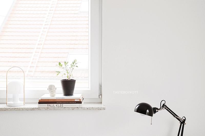 Fensterbank dekorieren mit Bildbänden, Ficus Zimmerpflanze, Leuchte, Tonkopf. Einrichten in schwarz-weiß-braun, Wohnblog moderner skandinavischer Einrichtungsstil. Tasteboykott Blog.