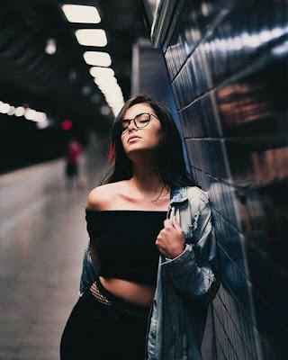 foto tumblr casual en estación de metro