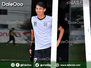 Ronaldo Sánchez observando la práctica de fútbol de sus compañeros de Oriente Petrolero - DaleOoo