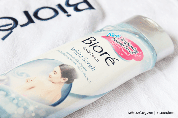 Hampers Biore New Brightening Natural Scrub