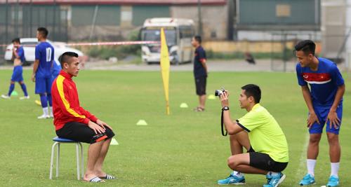 Ban huấn luyện chụp ảnh thẻ cho cầu thủ Tiến Dụng