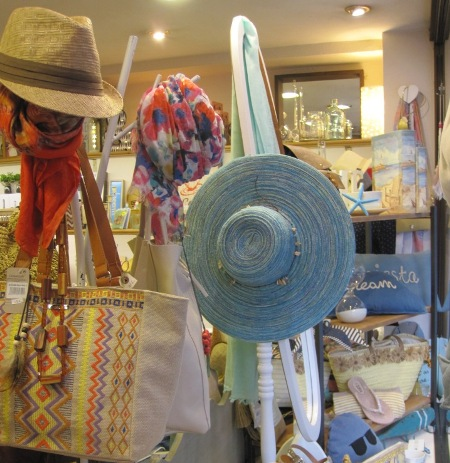 Bolsos, sombreros y fulares. Sombrero azul ala ancha. Espejo oval de pié.