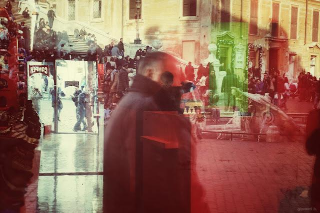 Gioco di riflessi in una vetrina di Piazza di Spagna, a Roma