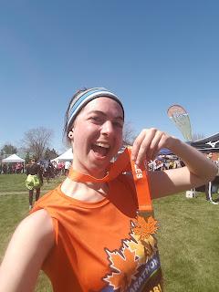 Coureuse souriante, médaille, Marathon des Érables, Mont-Saint-Grégoire