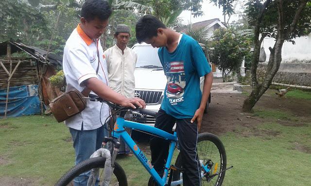 Sepeda hasil donasi dari para donatur lazismu langsung di coba oleh Deni
