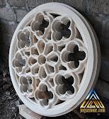 Loster ukir bulat berfungsi sebagai ventilasi udara yang dibuat dari batu alam putih gunungkidul