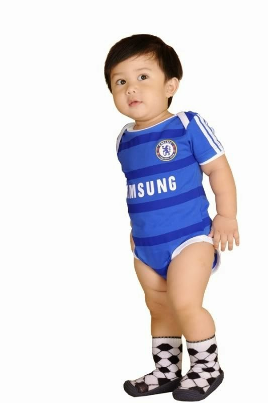 Foto gambar bayi lucu pakai baju chelsea
