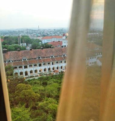 Pemandangan Lawang Sewu dari balik jendela hotel Rooms Inc