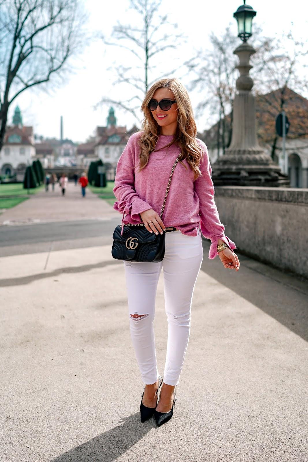 gucci-marmont-tasche-schwarz-weiße-jeans-rosa-pullover (3)