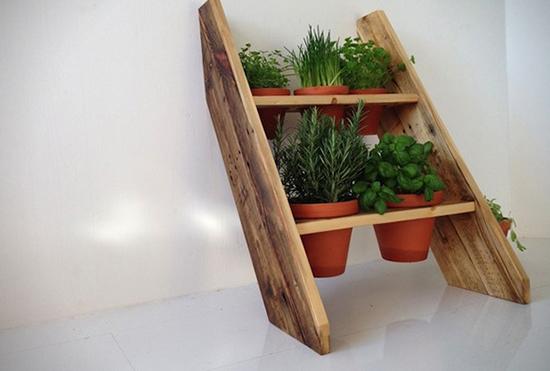Rak pot tanaman dari kayu peti kemas bekas