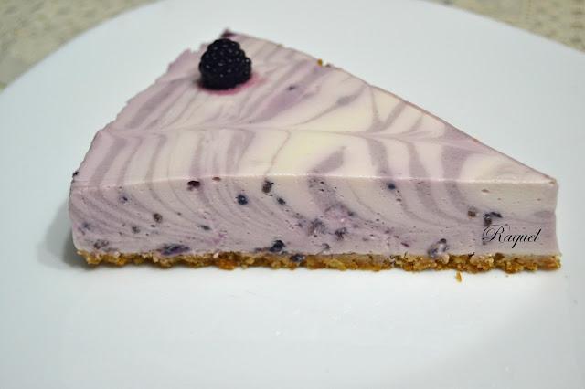 Tarta fria de yogur griego y moras silvestres