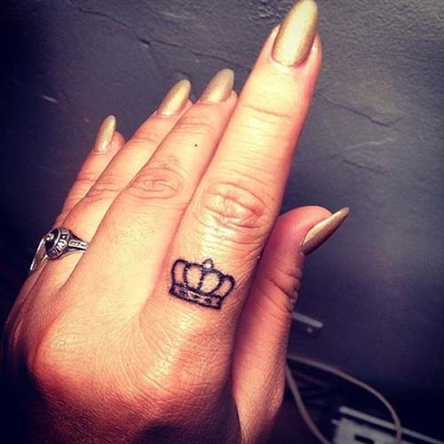 crown tattoo on finger minik taç dövmesi parmak