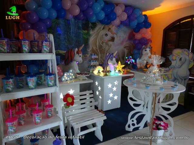 Mesa decorada tema Unicórnio para festa de aniversário