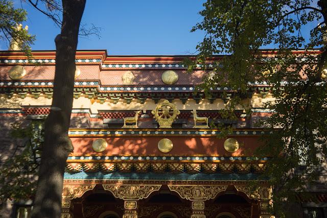 дверь буддийского храма