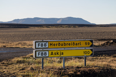 señal de tráfico que indica el camino al volcán de Askja