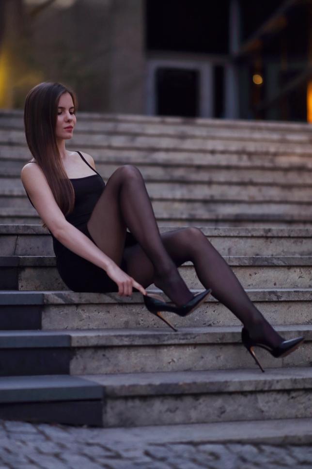 Ariadna Majewska  Black%2Bnylons%2Bheels%2Bstairs