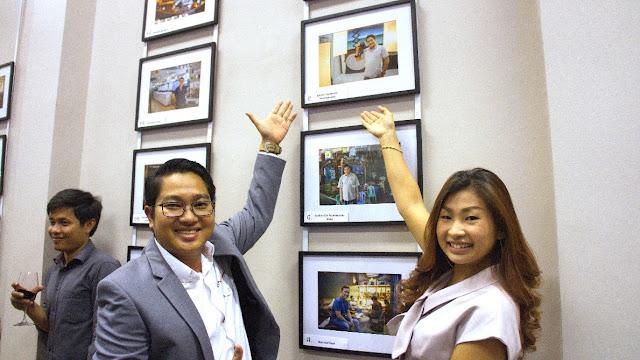 Le propriétaire d'I Photo Cambodia et son épouse devant leur photographie en compétition