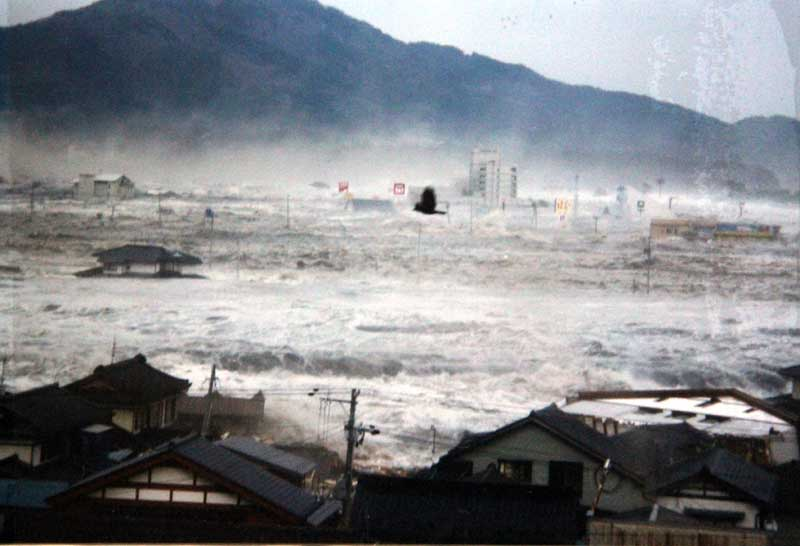 このシーンはどれくらいの水深だろう、手前の川の防波堤を乗り越えた津波が... 20110311